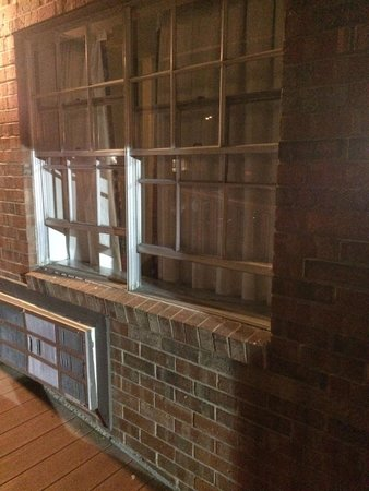 American Inn: Run down hotel with not even window screens