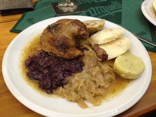 Restaurace U Zlateho Precliku : 1/4 Ente mit Rotkraut, Sauerkraut & Knödel