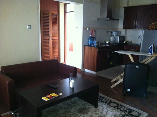 Batians Peak Serviced Apartments: Kitchen