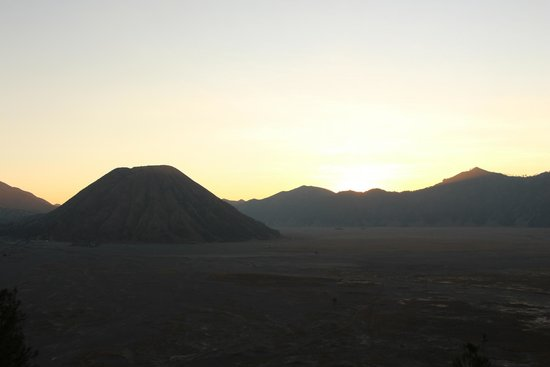 Lava View Lodge: Sunset - View of Mt Batok from Lava View's parking