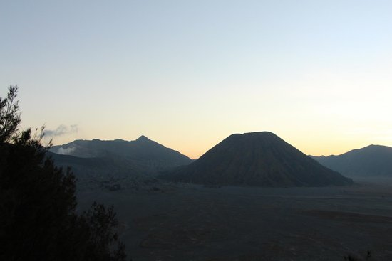 Lava View Lodge: Sunset - View of Mt Bromo and Mt Batok from Lava View's parking
