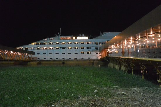 Outside picture of vintage luxury yacht hotel yangon for Hotel vintage luxury yacht