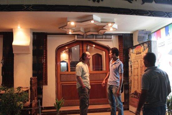 El Hussein Restaurant: Peter e Ahmed awaf chiacchierano...anche in tedesco, all'interno del locale!