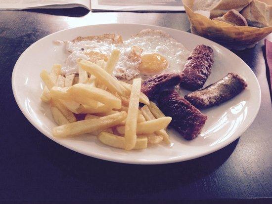 Restaurante Ruejo: Huevos fritos con longaniza 4,5 euros