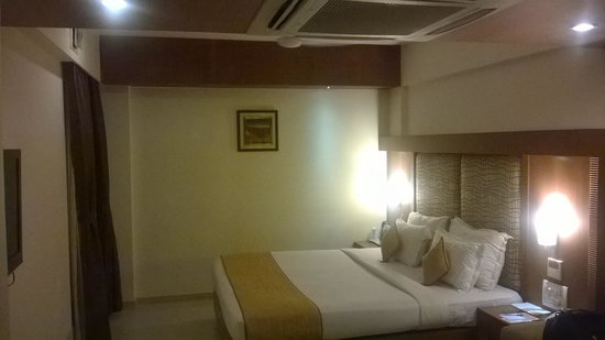 Pristine Residency Hotel: Inside room - Night view - 1