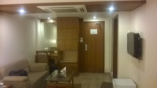 Pristine Residency Hotel: Inside room - Night view - 2