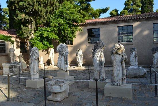 Archaeological Museum of Corinth: Статуи