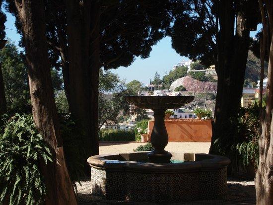 Hotel Castillo de Santa Catalina: Interno dei giardini dell'hotel