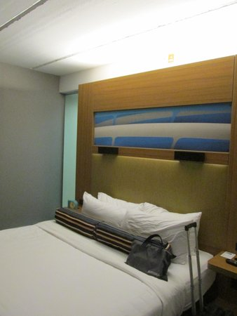 Aloft Jacksonville Airport: The room showing the bed and inside wall
