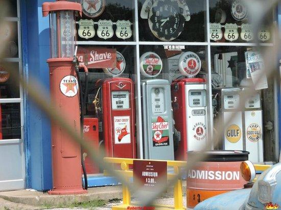 Shea's Gas Station: Vecchie pompe
