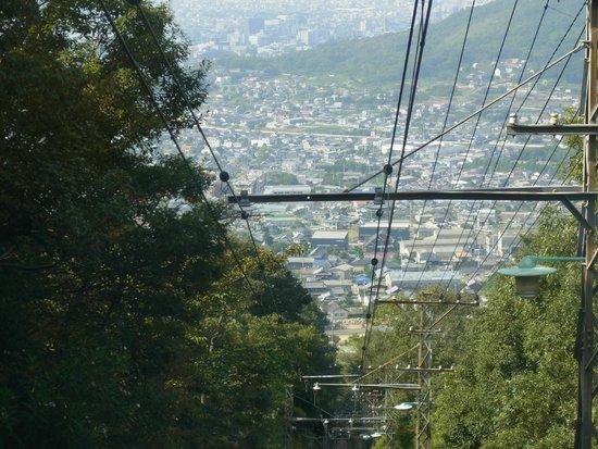 Yakuriji Temple: ケーブルカーから眼下の市街地を眺望