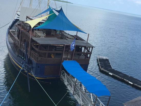 Manta Ray Bay Resort: The restaurant/bar is a ship!
