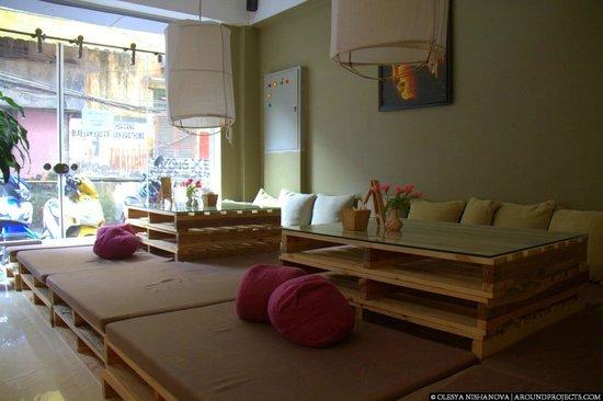 Om Hanoi Yoga Studio & Vegetarian Café : Tables