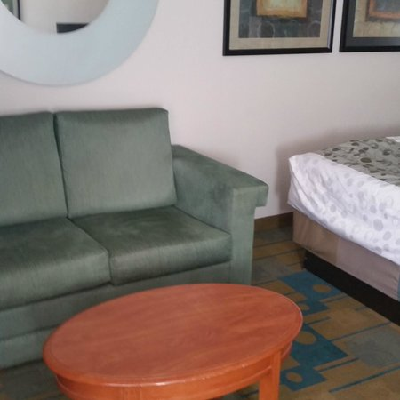 La Quinta Inn & Suites Greenville Haywood: Nice size rooms, seating and desk