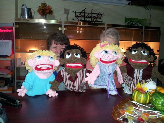 Kemptville, Kanada: Mary Cooke and 4 of her puppets and their new owner.