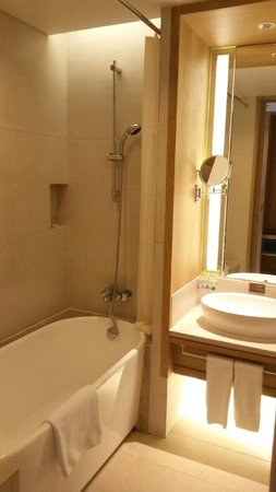 Holiday Inn Resort Beijing Yanqing : Shower and basin in bathroom