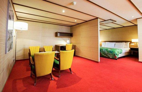SS Rotterdam: Family Room Theme Bahama's