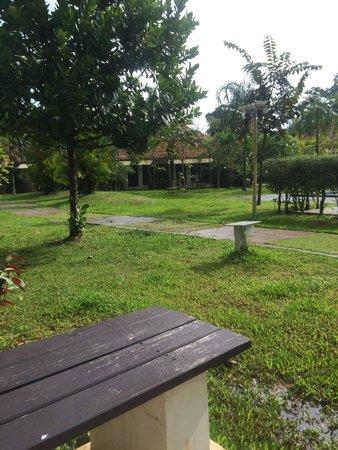 Krabi Aquamarine Resort & Spa: Les chambres donnent au rez de chaussée tout autour de la piscine et du jardin. Petites terrasse