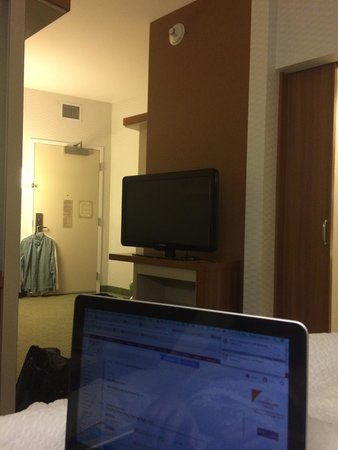 SpringHill Suites Irvine John Wayne Airport/Orange County: From bed to seating area and door