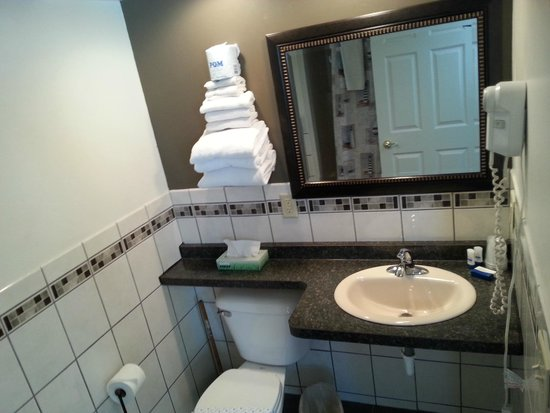 Beach Harbor Resort: King Room Bathroom
