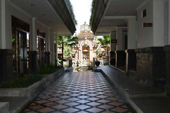 Pondok Pundi Village Inn & Spa: L'entrata, in fondo il tempio bellissimo e i giardini dell'hotel