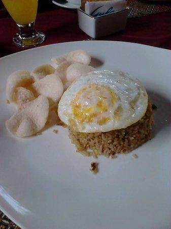 Pondok Pundi Village Inn & Spa: Colazione indonesiana con riso fritto, uovo e chips di gambero.. delizioso!