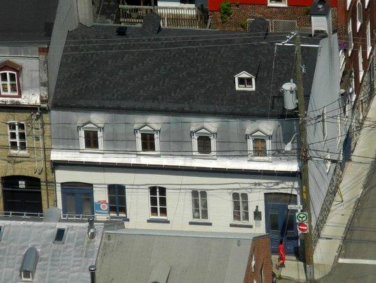 Gite Au Croissant de Lune: The B&B seen from the city tower