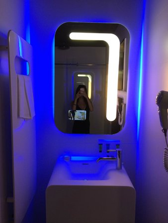 Hotel Londra: Bathroom mirror with mini TV screen
