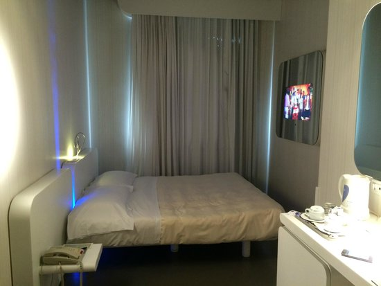 Hotel Londra: Bed and TV