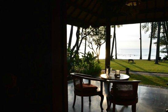 Alang-Alang Boutique Beach Hotel: 5 m separano la veranda del nostro bungalow dal mare
