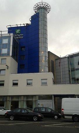 Holiday Inn Express Glasgow City Centre - Theatreland : L'hotel dall'incrocio sulla Buchanan Bus Station
