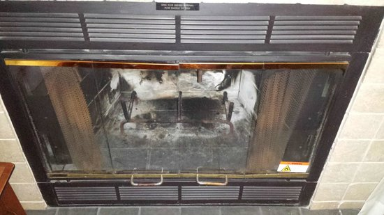 Sonesta ES Suites Burlington: Freezing Room with no firelogs