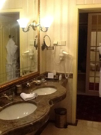 Nobilis Hotel : A suite bathroom