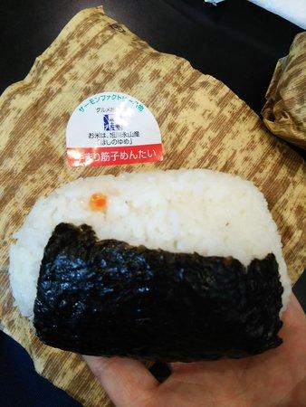 Satosuisan Honten : 潰れてますが、大変満足なおにぎりです!