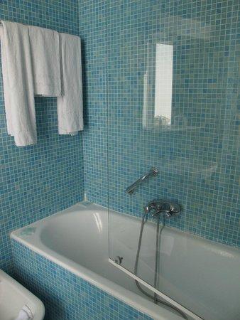 Hotel Caravelle: Ванна с душем, есть биде