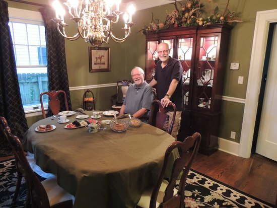 ‪‪Sidwell Friends Bed and Breakfast‬: Larry (standing) sets a fabulous table‬