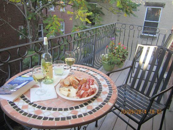 La Cappella Suites: Our cosy little balcony was the perfect place for an afternoon treat.