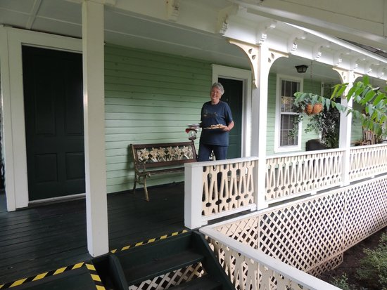 Brady Inn : Preparing to picnic on covered walkway