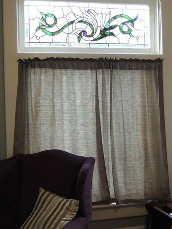 Nestle Inn Bed and Breakfast: Vintage stained glass window, 1st floor room