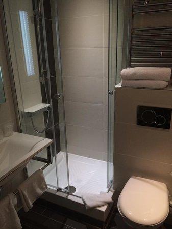 Kyriad Lyon Est - Bron Eurexpo Le Cottage : Salle de bain