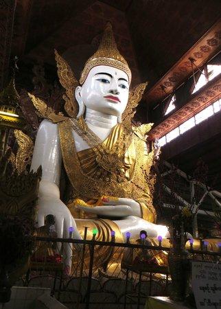 Nga Htat Gyi Pagoda : beautiful 65ft. seated Buddha