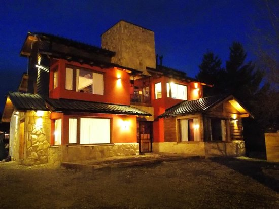 Kurtem Lodge: VIsta nocturna exterior