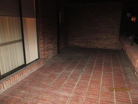 Madisson Inn Hotel & Luxury Suites: Large Brick Patio