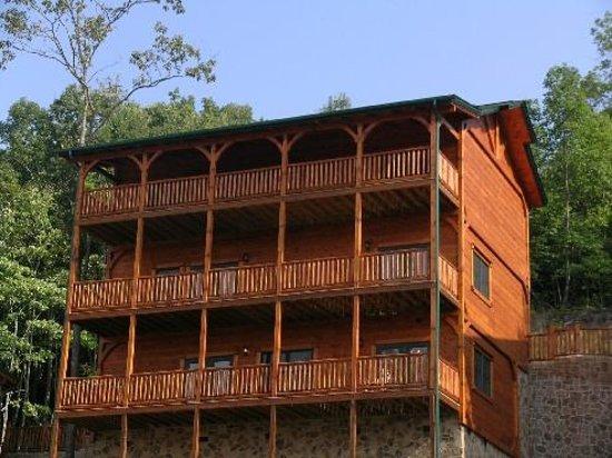 Gatlinburg Falls Resort: Back of the Lodge