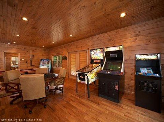 Gatlinburg Falls Resort: Game room!
