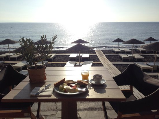 Bellonias Villas: Breakfast overlooking the beach