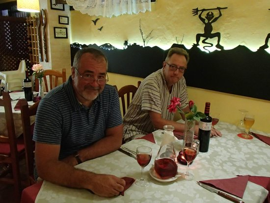 El Arao: Table inside