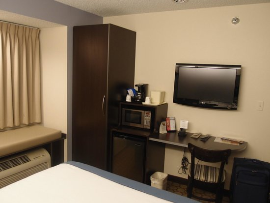 Microtel Inn & Suites by Wyndham Elkhart : Closet, TV, microwave, coffee maker, refrigerator, desk