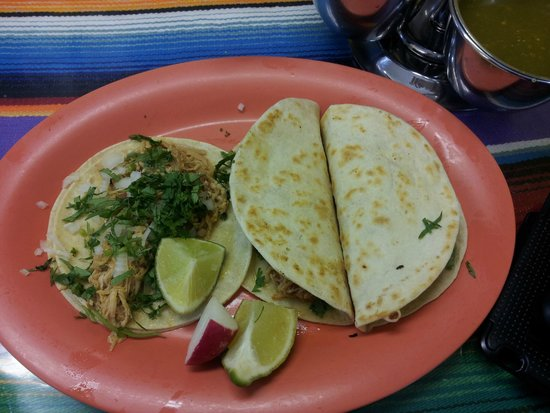 Taqueria San Julian 2: Taco pollo, Quesadilla bistec y Quesadilla pollo.