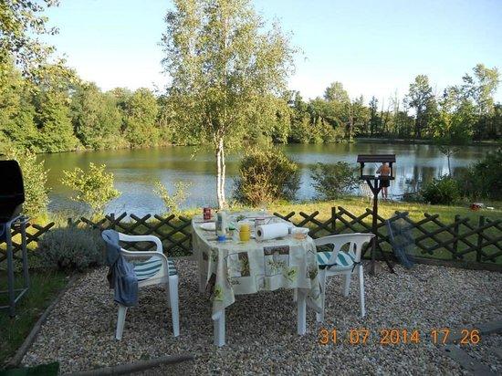 Camping les Etangs Mina : Right beside the lake